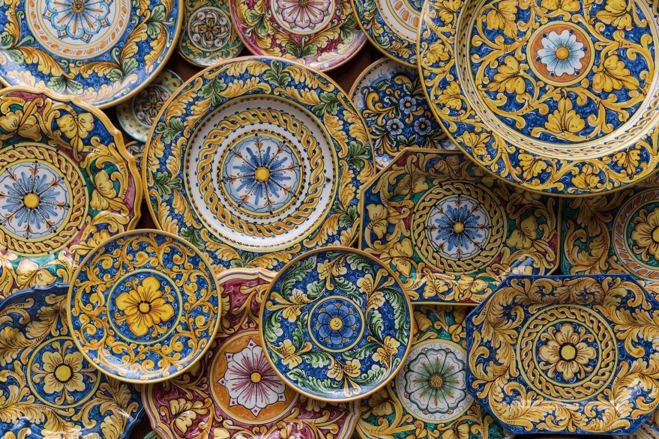 https://www.lagastronomiadiavigno.com/wp-content/uploads/2021/02/sicilia-caltagirone-ceramica-1280x853.jpg